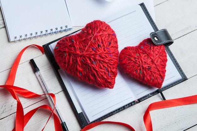Handgemaakte harten boven agenda. 14 februari, valentijnsdag