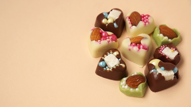 Handgemaakte hartvormige snoepjes op een lichtgele achtergrond
