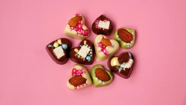 Handgemaakte hartvormige snoepjes op een roze achtergrond