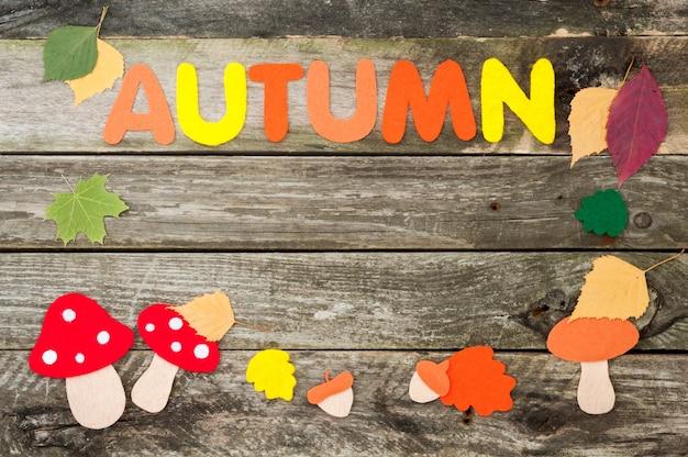 Handgemaakte herfst frame op oude houten achtergrond