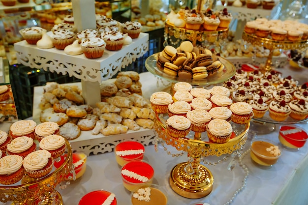 Handgemaakte houten snoepjes staan in het midden van de tafel.