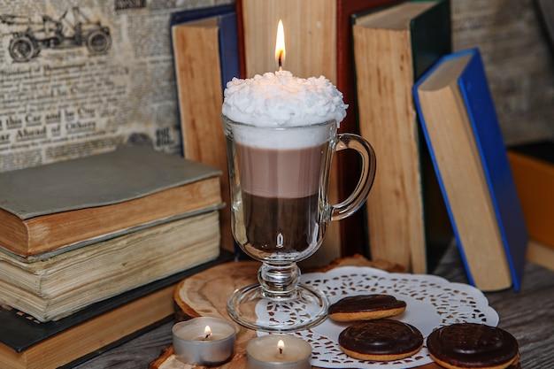 Handgemaakte kaars in de vorm van irish coffee cup met koffie