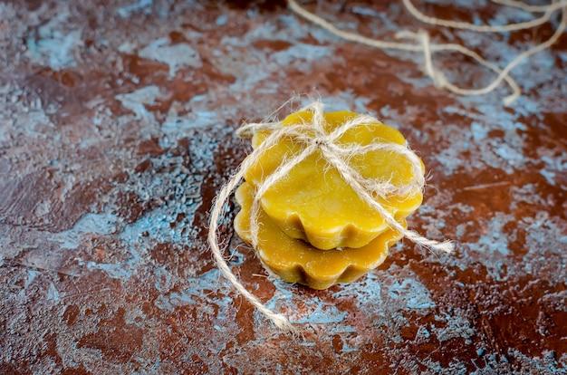 Handgemaakte kaarsen gemaakt van natuurlijke bijenwas