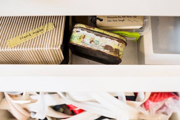 Handgemaakte kartonnen doos met roestige container