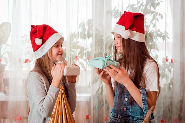 Handgemaakte kerst. meisjes geven elkaar eco-cadeaus van furoshiki. zero waste