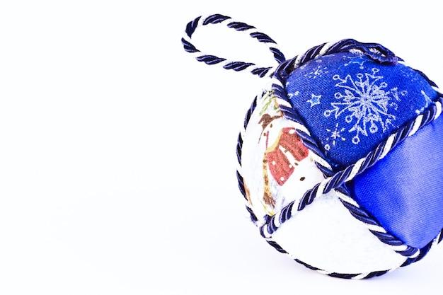 Handgemaakte kerstballen, italiaanse traditie, gemaakt van stof en koord