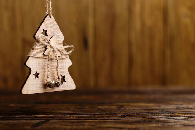 Handgemaakte kerstboom op een houten tafel.