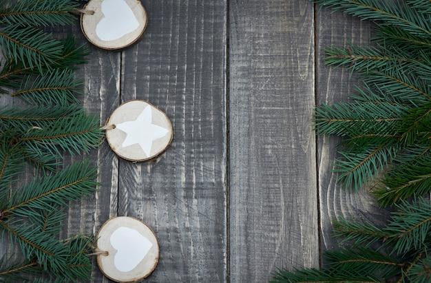 Handgemaakte kerstversiering op het hout