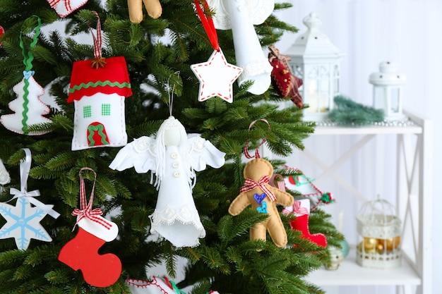 Handgemaakte kerstversieringen op de kerstboom