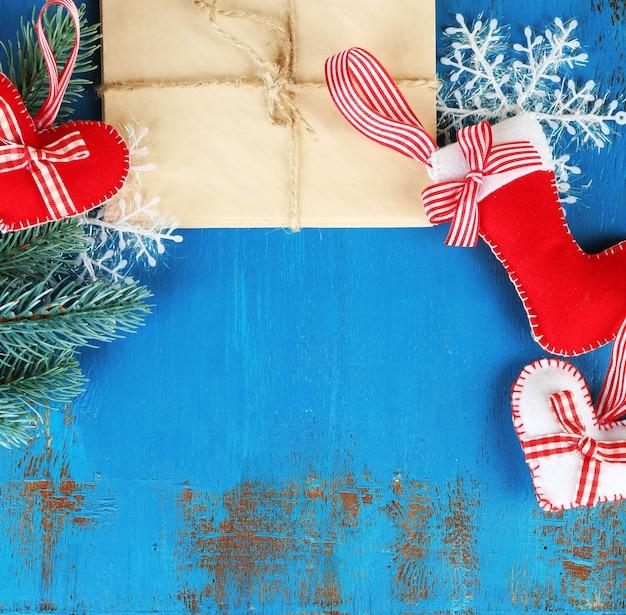 Handgemaakte kerstversieringen, oude brieven en dennenboomtak op houten oppervlak