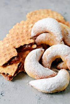 Handgemaakte koekjes en snoep. geschenk. zoet wafeldessert. belgische wafels.
