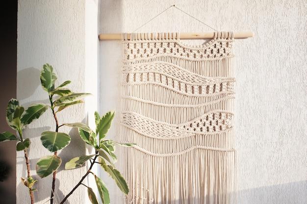 Handgemaakte macramé wandhangende katoenen draden eco-vriendelijk modern breiwerk in het interieur