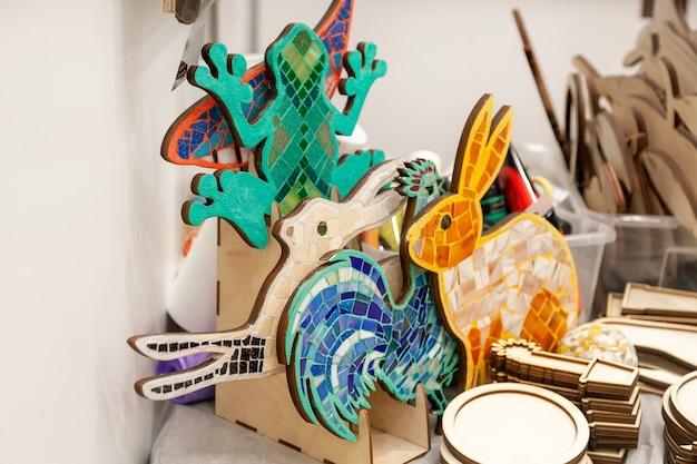 Handgemaakte mozaïekpanelen op de tentoonstelling en verkoop. masterclass over het maken van mozaïekpanelen.