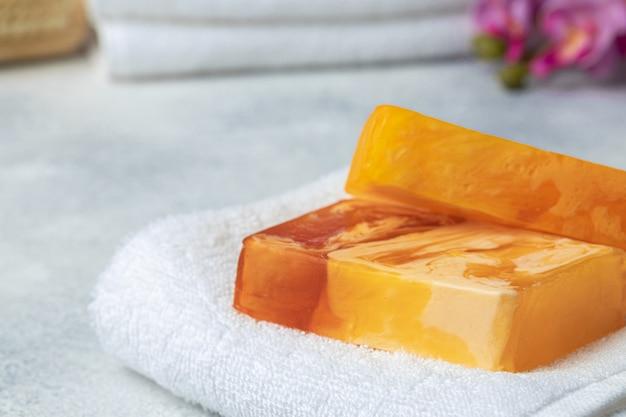 Handgemaakte, natuurlijke biologische zeep op tafel