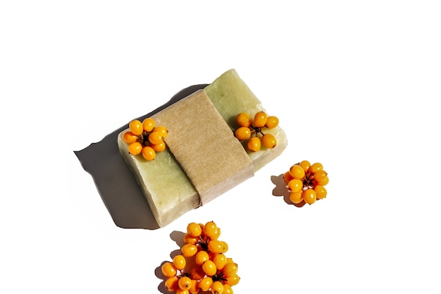 Handgemaakte natuurlijke duindoorn zeep met bessen geïsoleerd op een witte achtergrond met kopie ruimte..