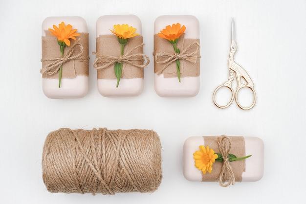 Handgemaakte natuurlijke zeepset versierd met kraftpapier