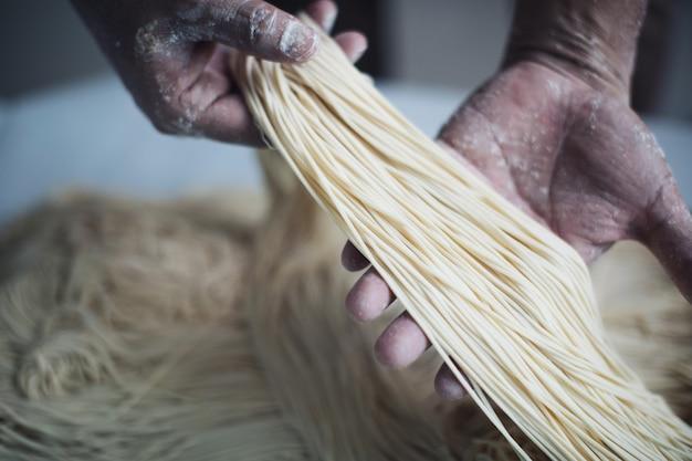 Handgemaakte noedels maken op hout