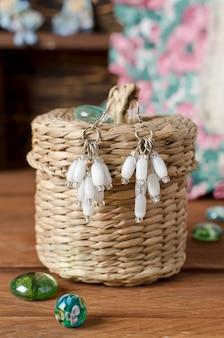 Handgemaakte oorbellen gemaakt van kleine en grote kralen. thuis werkplaats