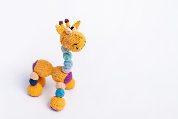 Handgemaakte oranje speelgoed giraffe geïsoleerd op wit