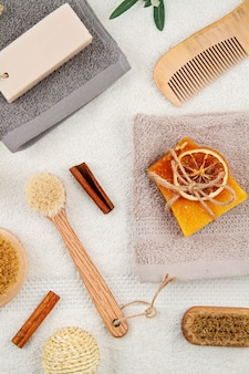 Handgemaakte organische natuurlijke zeep, droge shampoo, borstels, badkameraccessoires, milieuvriendelijke spa, beauty skincare concept.