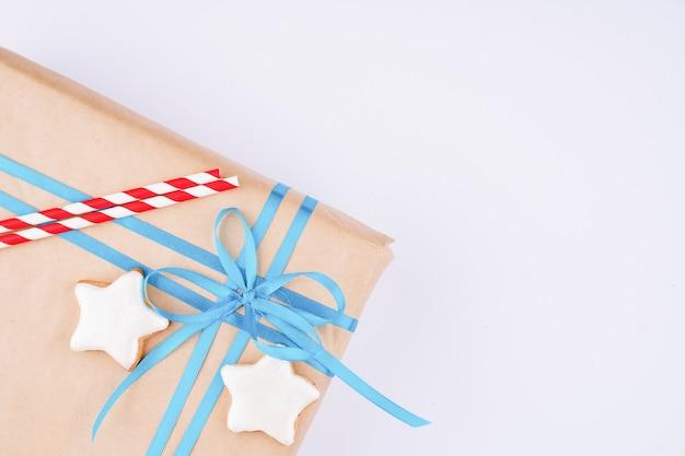 Handgemaakte peperkoekkoekjes op een geschenkdoos, bovenaanzicht, vrije ruimte voor design