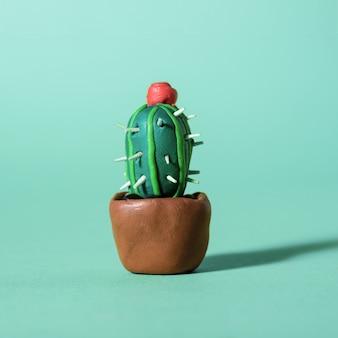 Handgemaakte plasticine groene cactussen en vetplanten in potten.