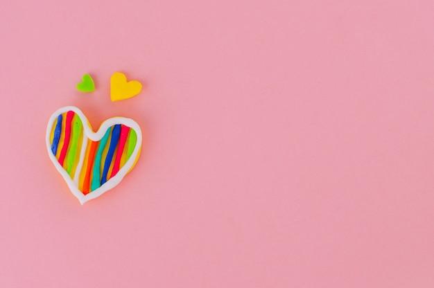 Handgemaakte plasticine harten op roze