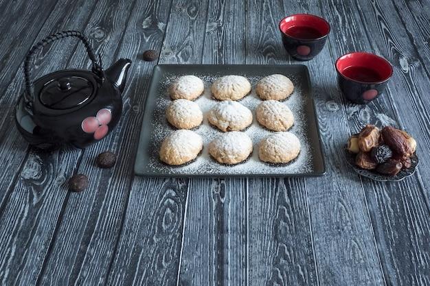 Handgemaakte ramadan-snoepjes worden geserveerd met thee op tafel. egyptische koekjes