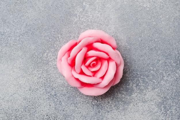 Handgemaakte rozenzeep, concept spa-cosmetica en netheid