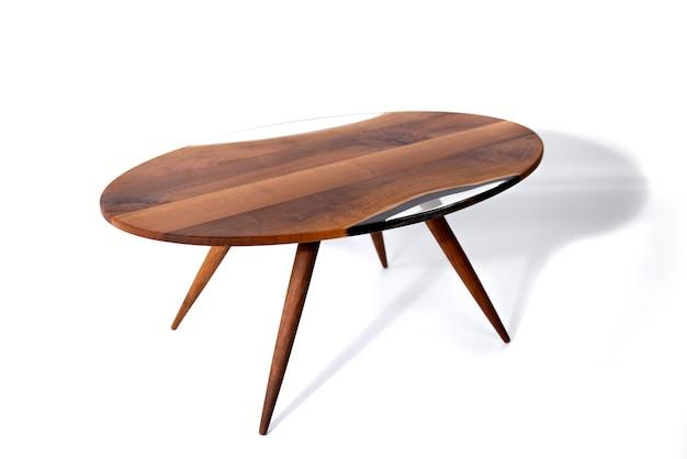 Handgemaakte salontafel gemaakt van kersenboom en epoxyhars