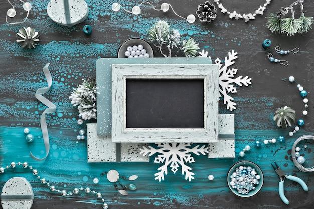 Handgemaakte sieraden maken voor vrienden als kerstcadeaus. plat lag op donkere getextureerde muur, kopie-ruimte