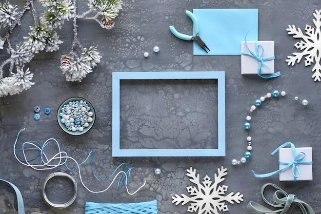 Handgemaakte sieraden maken voor vrienden als kerstcadeaus. plat lag op donkere textuur