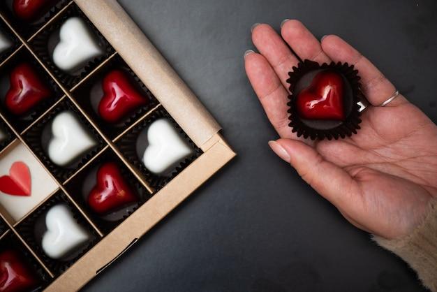 Handgemaakte snoepjes van de auteur in de vorm van een hart