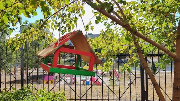 Handgemaakte vogelvoeders van hout in een stadspark. vogel huis.