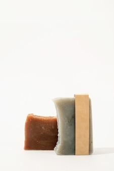 Handgemaakte zeep en ambachtelijke band voor mock-up ontwerp op witte achtergrond, vooraanzicht
