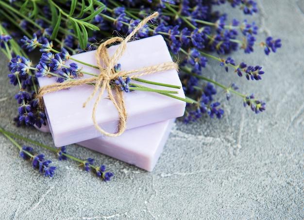 Handgemaakte zeep en lavendelbloemen