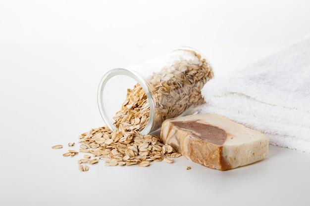 Handgemaakte zeep. huidverzorging met toevoeging van haverkorrels. spa-behandelingen en aromatherapie voor een gladde en gezonde huid