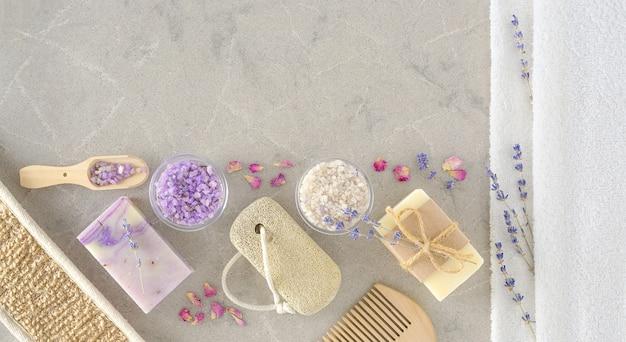 Handgemaakte zeep met bad- en spa-accessoires op een marmeren ondergrond direct erboven. lavender spa-behandeling en witte handdoeken.