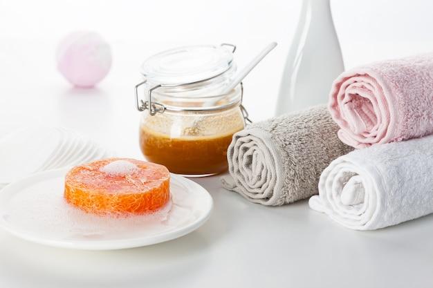 Handgemaakte zeep met ingrediënten en decor.