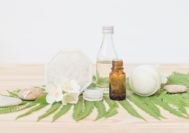 Handgemaakte zeep met lichaamsolie op hout