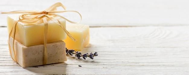 Handgemaakte zeep op witte houten tafel achtergrond