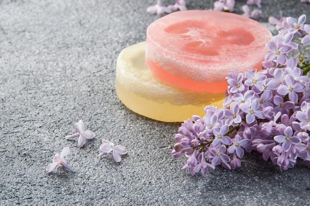 Handgemaakte zeep scrub en lila bloemen