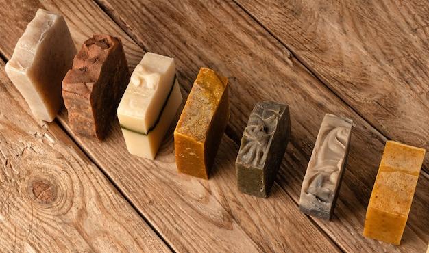 Handgemaakte zeep. set van verschillende zepen op houten tafel. lichaamsverzorging.