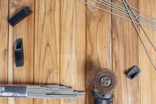 Handgereedschapset, ingesteld op houten vloer.