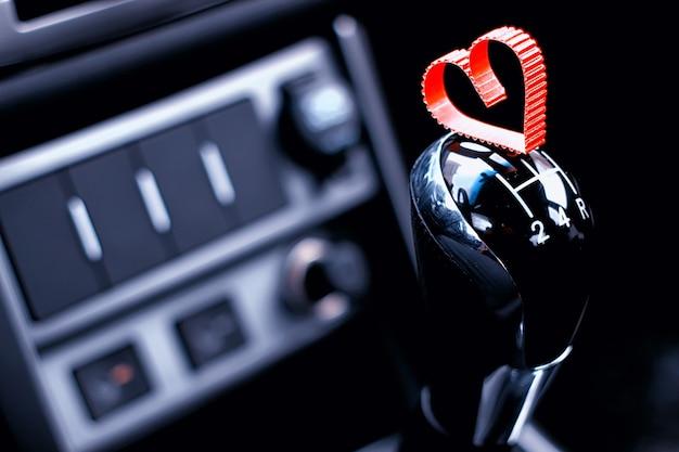 Handgeschakelde versnellingsbak in de auto met hart