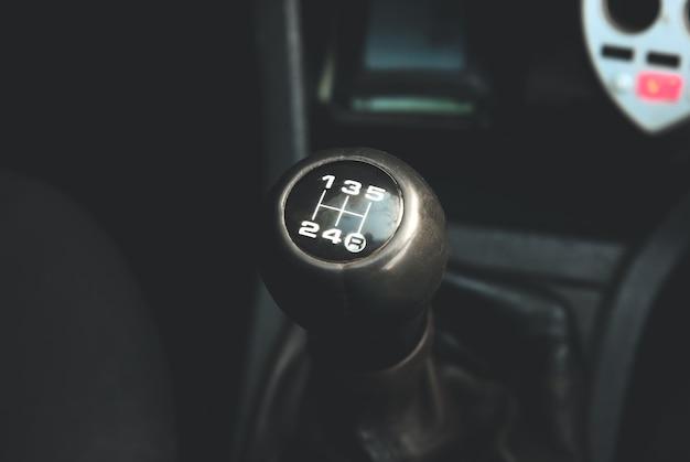 Handgeschakelde versnellingsbak in de auto. oud type versnellingsbak.