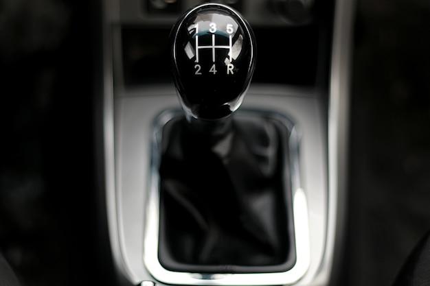Handgeschakelde versnellingsbak in de auto