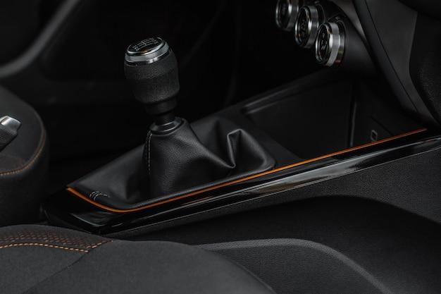 Handgeschakelde versnellingsbak keuzeschakelaar in het auto-interieur. versnellingspook handvat in een moderne auto. versnellingsbak transmissie stick schakelhendel.