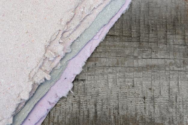 Handgeschept papier, blad ligt op een houten tafel. ruimte voor ontwerptekst, plat leggen. het concept van recyclen en het creëren van prachtig handwerk.