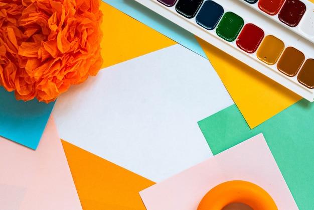 Handgeschept papier bloemsierkunst. kopieer ruimte. kleurrijke papieren plaats.
